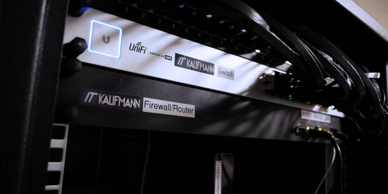 Patchpanel, Switch und Firewall im Rack