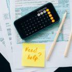 Handy, Dokumente mit Taschenrechner und Klebezettel