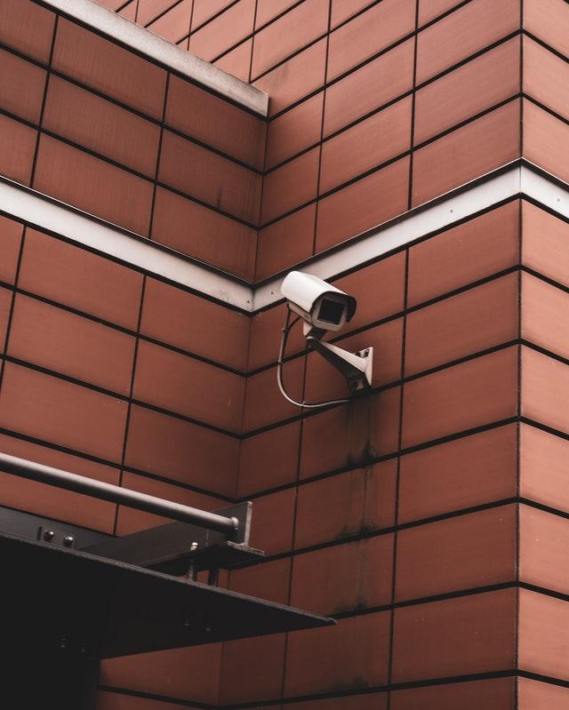 Videokamera auf Mauer montiert